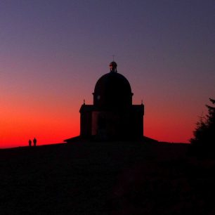 Kostel na Radhošti v západu slunce