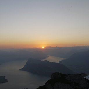 Východ slunce z vrcholu Pilatu